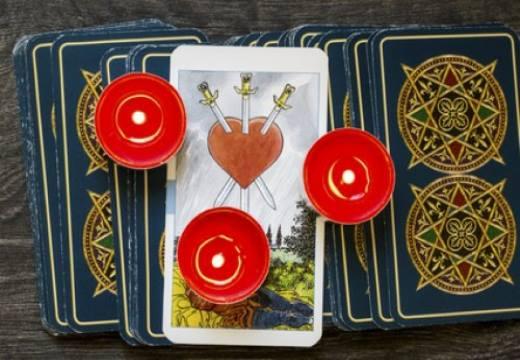 карты таро и свечи