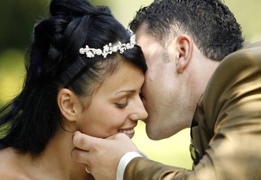 мужчина целует в щеку