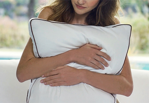 подушка в руках