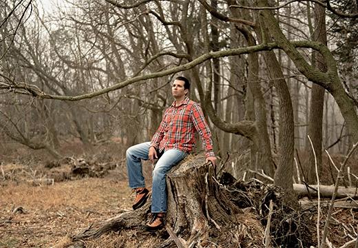 мужчина сидит на пне
