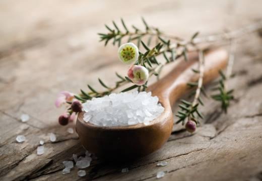 Соль в деревянной ложке