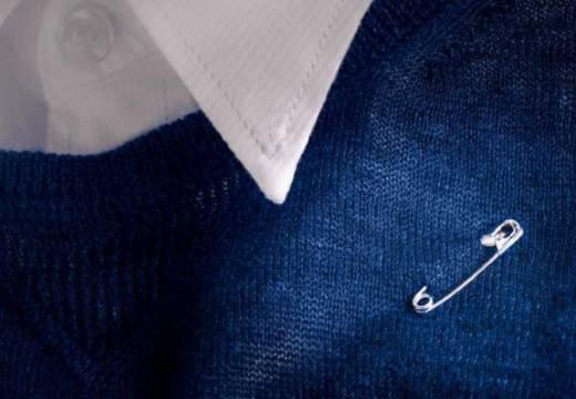 Булавка на мужской одежде