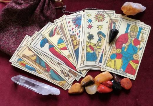карты таро и камни
