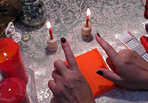 руки и красные свечи