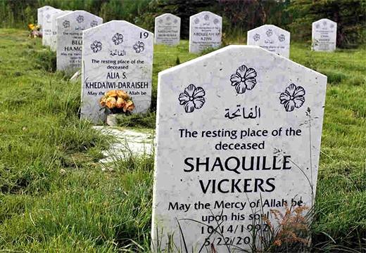 надгробия на кладбище