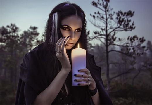 девушка держит свечу