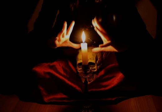 череп свеча на коленях