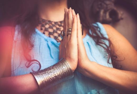 руки в молитве йога