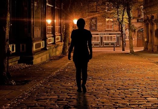 женщина ночью на дороге