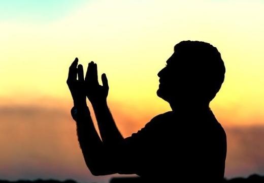 мусульманин делает дуа