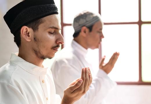 два мусульманина молятся