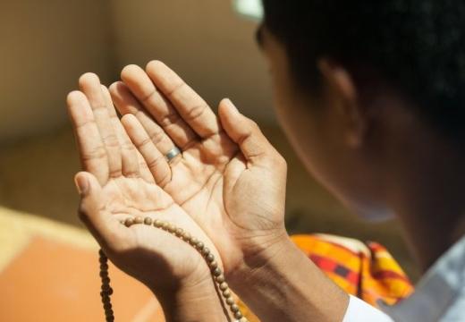 руки в мусульманской молитве