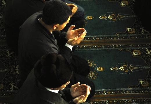 мусульмане молятся на ковре