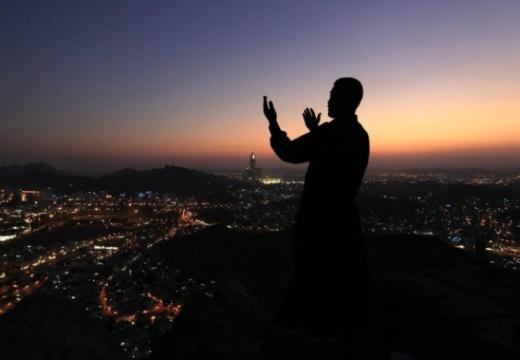 мусульманин молится ночью