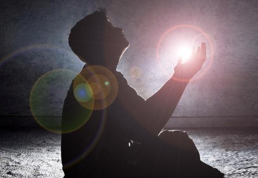 парень молится ночью