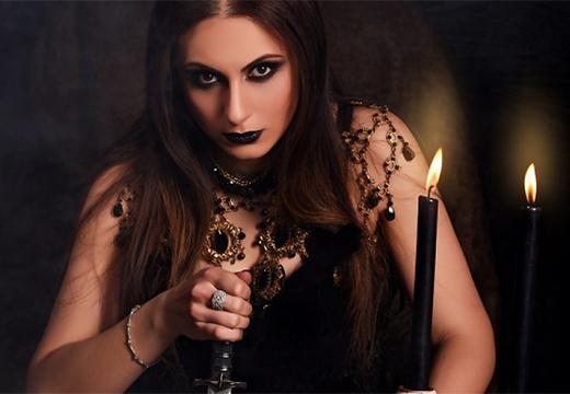 девушка с черными свечами