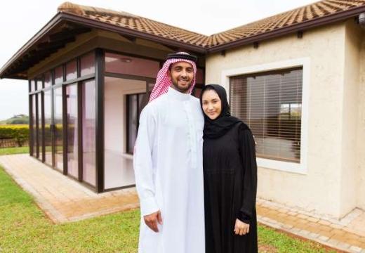мусульманская пара у дома