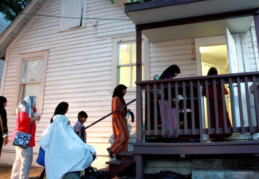 мусульманки заходят в дом