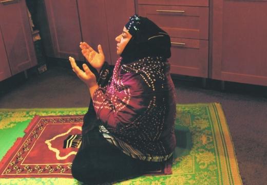 мусульманка молится дома