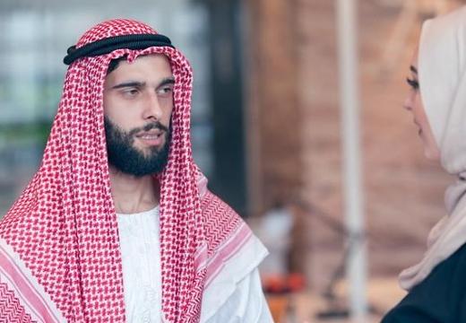 араб говорит с женщиной