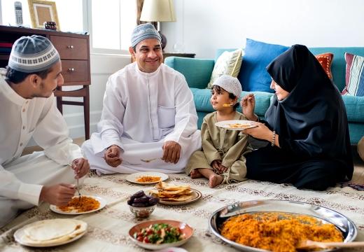 мусульманская семья обедает