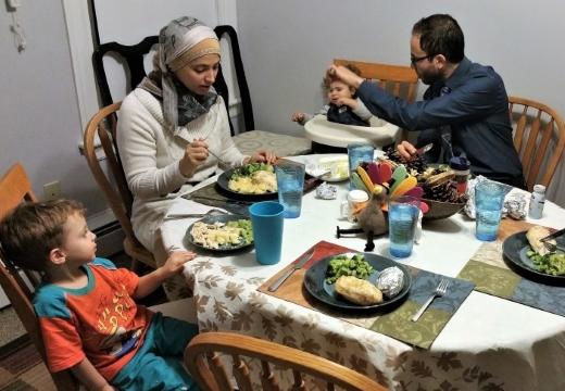 семья мусульман ужинает