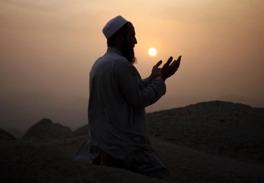 мусульманин молится на закате