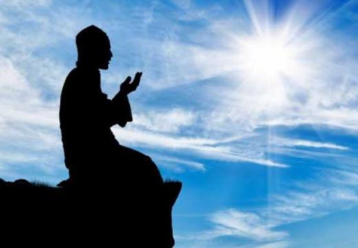 мусульманин молится на горе