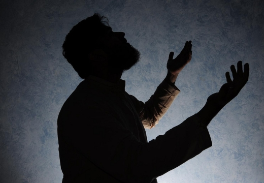 мусульманин молится в темноте