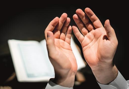 руки на фоне корана