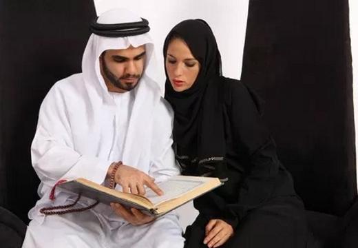 пара читает коран