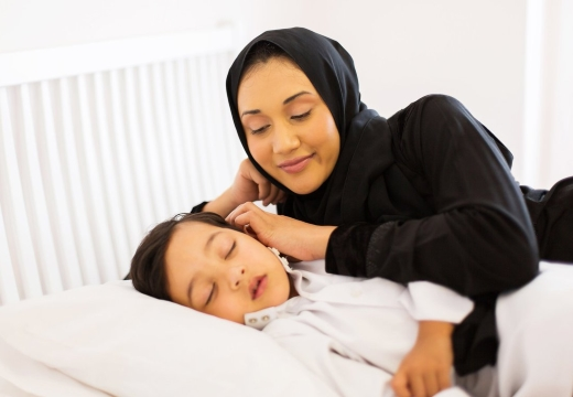 мусульманка и спящий ребенок