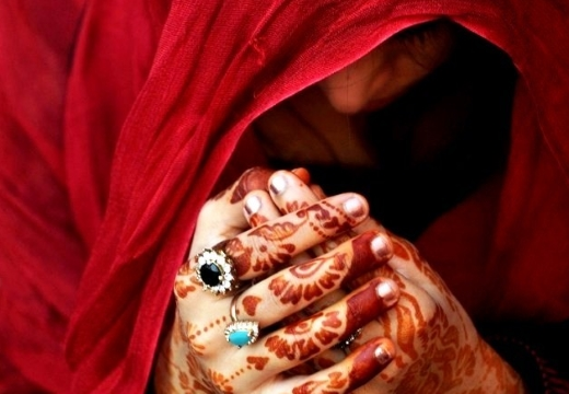 женщина в красном молится