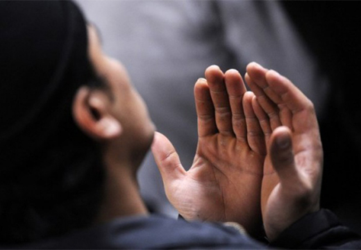 мусульманин молится