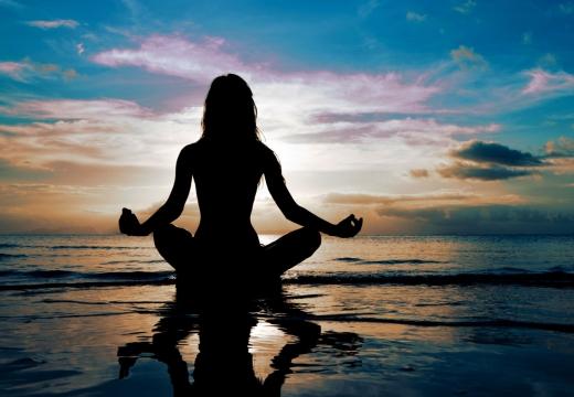 женщина медитирует вечером