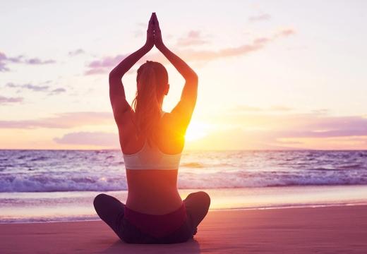 девушка на берегу йога