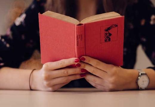 книга в женских руках