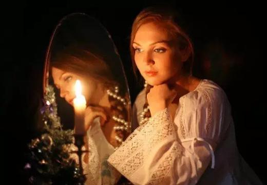 девушка зеркало свеча