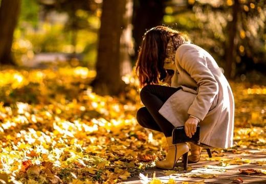 девушка собирает листья