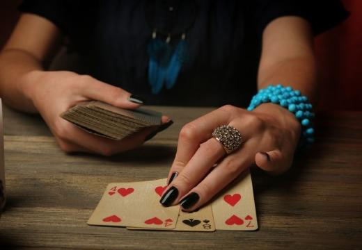 три карты в руке