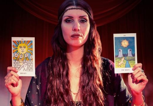 женщина с картами таро