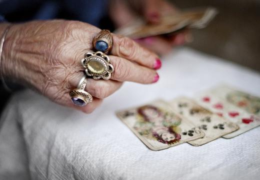 рука женщины карты