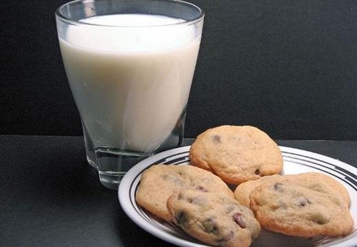 молоко и печенье