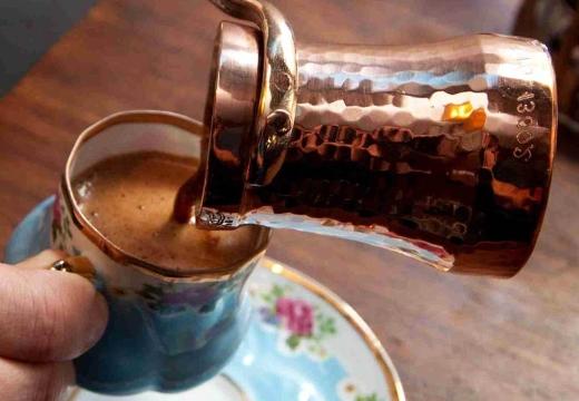 наливать кофе из турки
