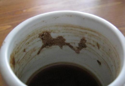 символ из кофе на чашке