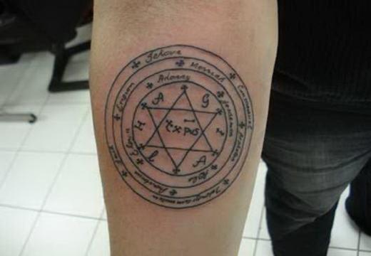 Татуировка в виде пентакля