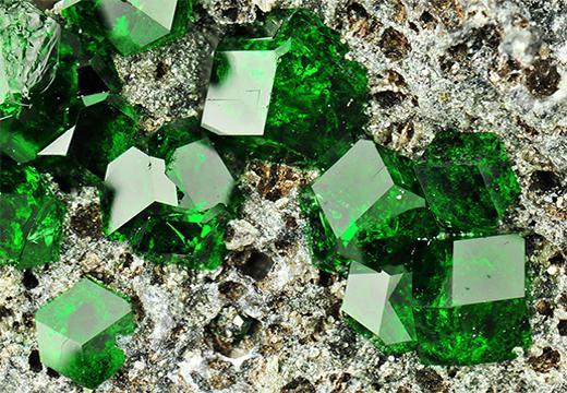 зеленые гранаты