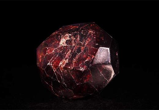 большой красный камень