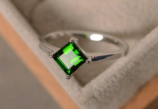 кольцо с хромдиопсидом