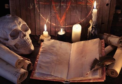 книга череп свечи
